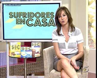 Ana Rosa, vestida de Rebelde Way, anunciando las virtudes de Sufridores en Casa