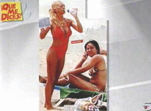 Raquel, de playa, con su íntima amiga Belén, a punto de almorzar un tupper con filetes de pollo.