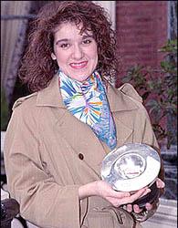Celine luce el premio antes de ir a  Corporación Dermoestética