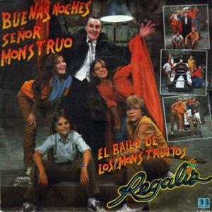 Eva, de rojo, junto al resto de los Regaliz y el gran Luis Escobar