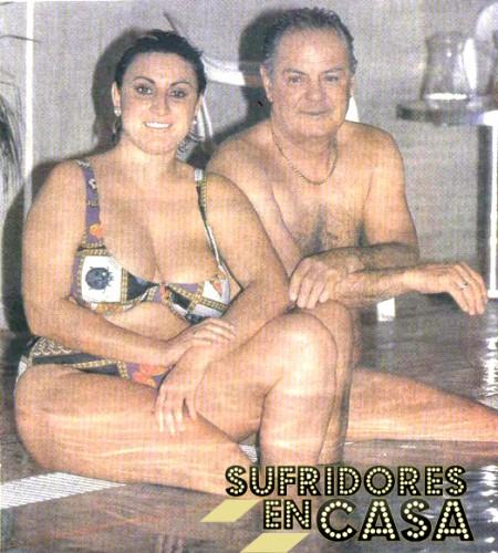 Raquel, en la pisci, con su atractivo marido Pedro