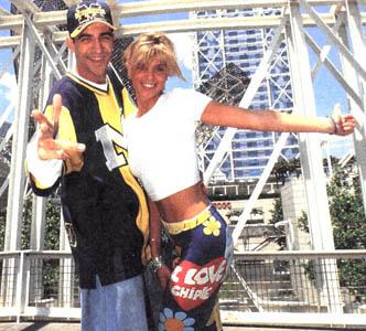 Arancha junto a Tony Aguilar. Aunque no lo creas, sus pantalones que fueron un must en 1995