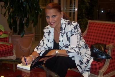 Carmen firma uno de los quince ejemplares vendidos de su biografía