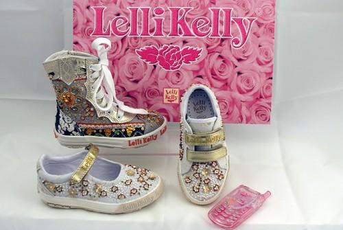 La niña Lelly Kelly suele llevar a una madre con bolso de Tous