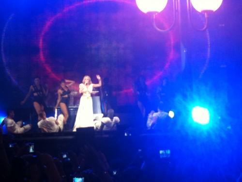 Señoras que son Kylie Minogue vestidas de Afrodita