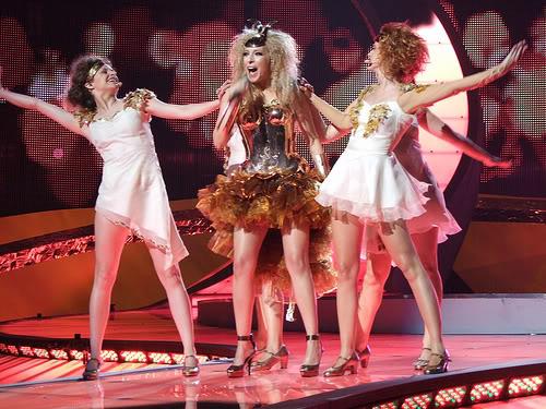 Señoras que se visten de Caballero del Zodiaco para ir a Eurovisión