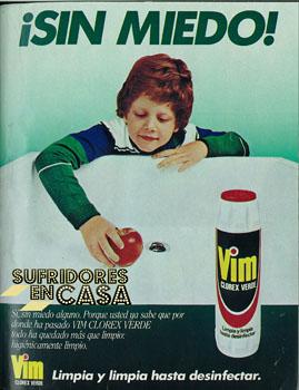 El sueño de cualquier niño: comerse una manzana sobre un lavabo
