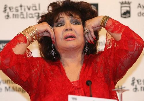 Sara, estirándose la cara para disimular las arrugas, ya que ella ni se ha operado ni se maquilla