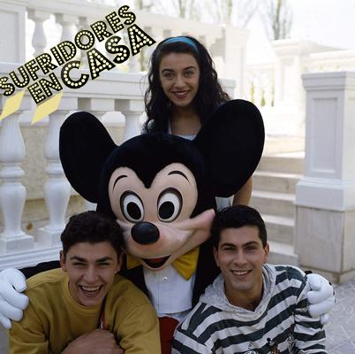 Los tres presentadores en uno de los citados reportajes en Disneylandia