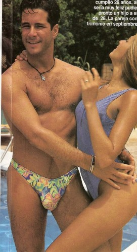 Fernando Carrillo, el galán de la serie, luciendo un bañador modelo Años 90