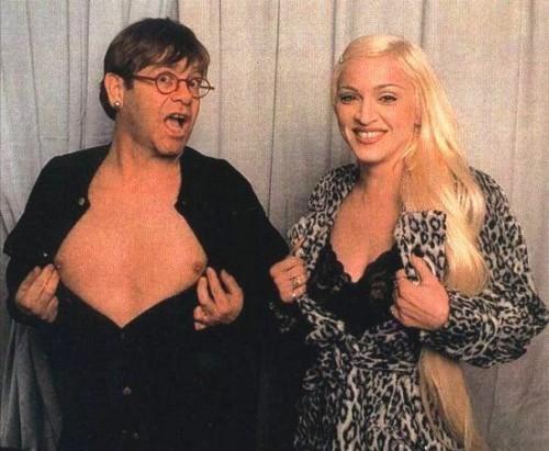 Elton y Madonna en una fiesta de pijama jugando a ver quién tiene los pechos más grandes