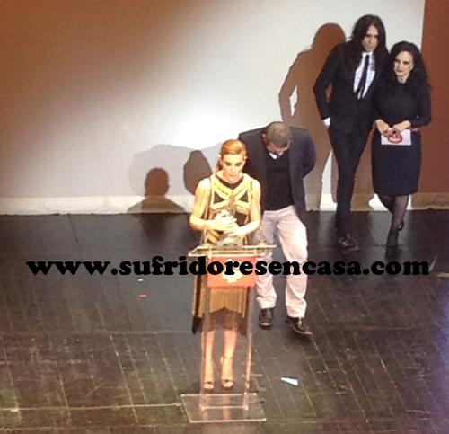 Raquel Sánchez Silva de dorado, como Raquel Bollo