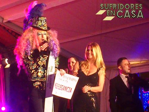 """Makoke haciendo entrega del premio Miss Elegancia a la drag Lorena Larios, quien este verano ganó en """"Mójate"""" de Cuatro"""
