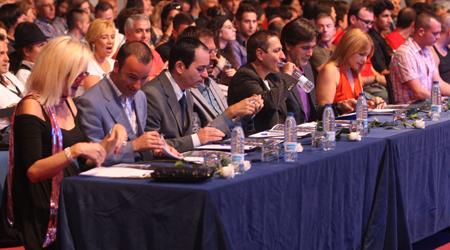 Tony junto a Reyes del Amor, Anabel Conde y el resto del jurado de Gayvision