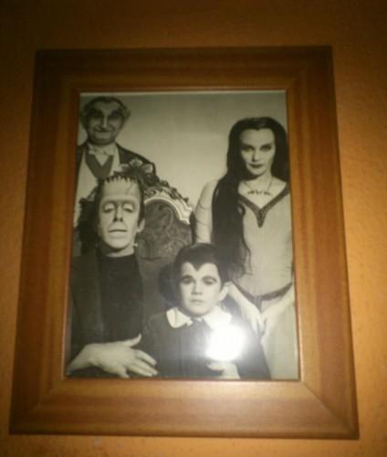 Este cuadro de los Munsters preside mi dormitorio. Seguro que Jon no tiene nada de los Adams en su casa y los defiende de boquilla