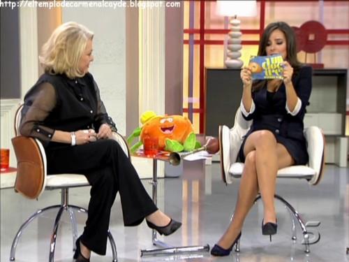 Mayra, Ruperta y Carmen leyendo una tarjetita... ¿Quién da más? (Sí, la foto está cogida del blog de Carmen)
