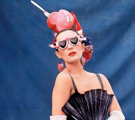 Para modernizar tu imagen puedes acudir a los 20 duros y hacerte un traje por menos de diez euros, tal como nos muestra Martirio
