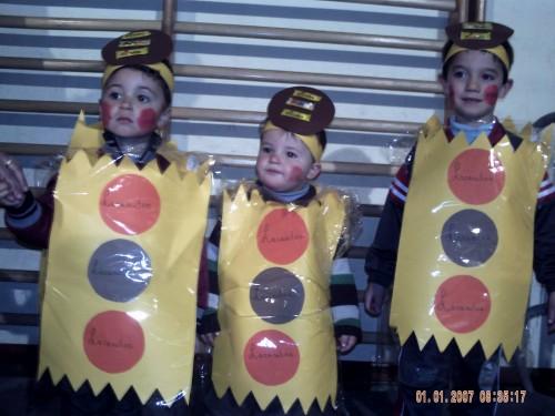 Niños fans de Lacasitos haciendo cola para una firma de paquetes