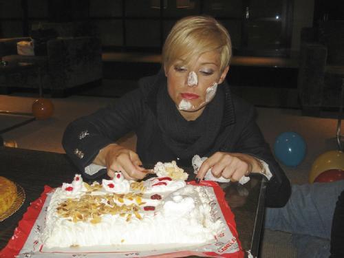 amon an sheik me... voy a comerme un trozo de tarta por cada fan que tengo en Feisbuk