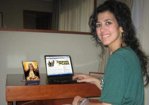 Recreación de Lucía leyendo Sufridores en casa