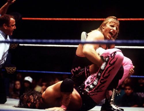 Owen Hart haciendo una llave a su hermano Brett, cuando se llevaban como Toñi y Encarna Salazar