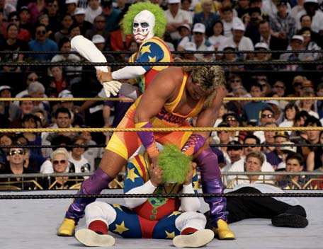 Doink y su clon, a punto de machacarle la cabeza a Crush con un brazo de escayola. ¿No tenía otra arma?