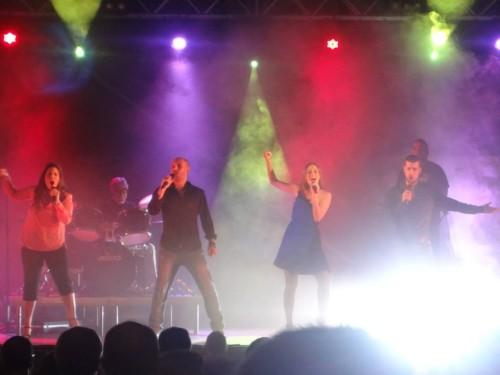 Víctor junto a Ana, Saray y Javier Enzo durante uno de los conciertos de este verano de La Década Prodigiosa