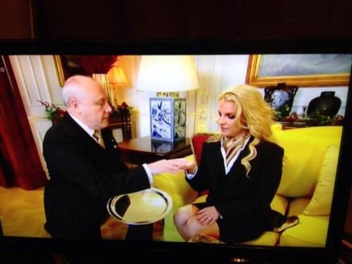 Britney aprendiendo a sujetar una bandeja