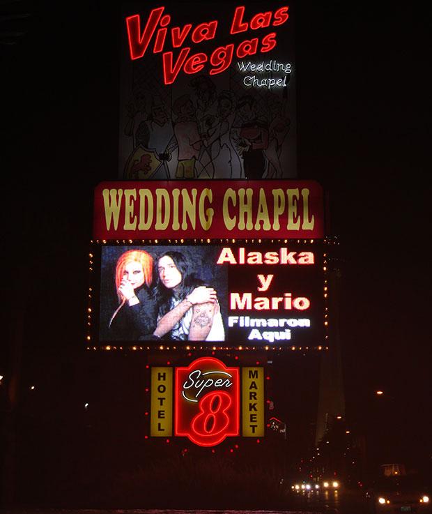 Alaska-y-Mario-Capilla-Viva-Las-Vegas