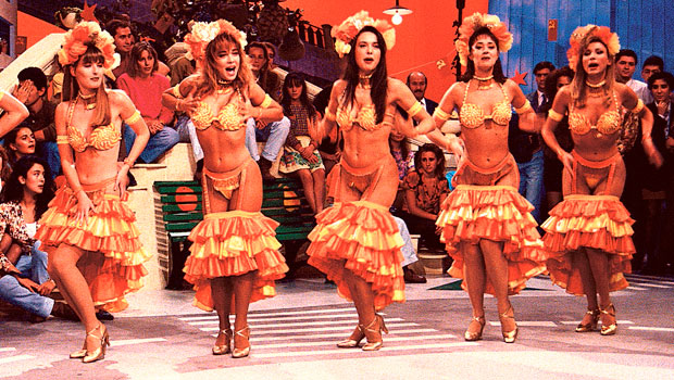 Mamachichos y más: 25 años de Telecinco a través de sus azafatas y bailarinas