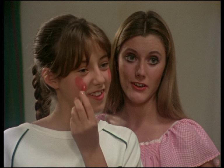 No sé si me gusta más los mofletes de Caperucita Roja de Desi o el maquillaje excesivo de Bea