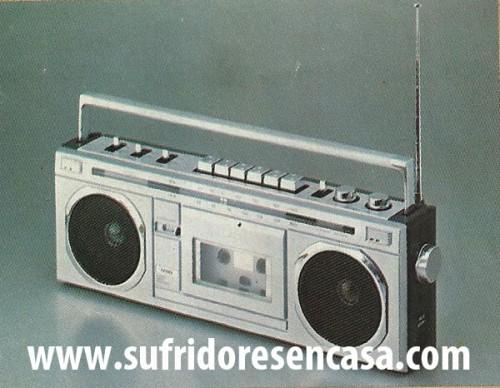 RADIO CASSETTE MINI STEREO.AM/FM Portatil. Conexión a la red. Autonomía con pilas