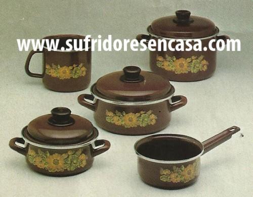 BATERÍA DE COCINA. Acero esmaltado y decorado. 8 piezas. Cacerolas de 16,20 y 24cm. Cazos de 14 y 16cms.