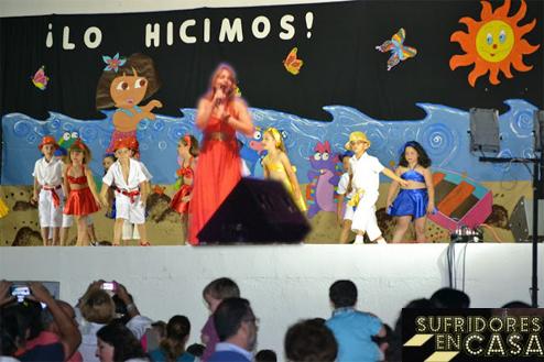 "Dramatización de Anabel Conde cantando""Vuelve con Dora"" en una fiesta de fin de curso"