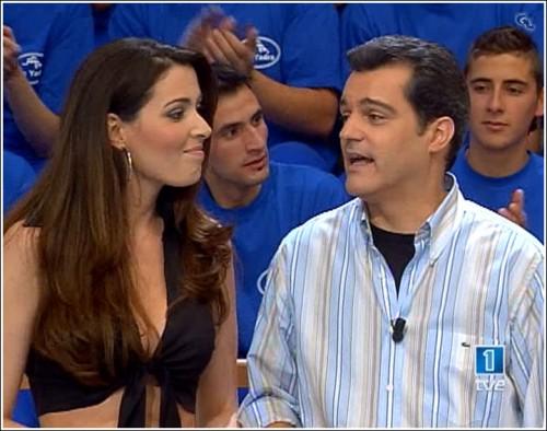 Eugenia Santana departe con Ramonchu mientras uno de los concursantesobserva el top noventero de la exMiss España