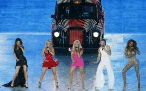 Gays viendo la ceremonia de clausura de Londres 2012 como si de Eurovisión se tratase